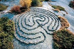 Один из двух небольших «классических» лабиринтов, выбитых на поверхности сланца в Скалистой долине (Англия)